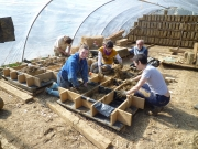 Des moules sont remplis du mélange de terre-paille (photo De pierre et de bois)